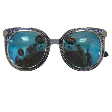 Sunglass_with_reflection_on_the_glass